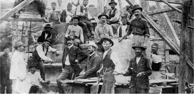 Građevinski radnici na podizanju spomenika Kosovskim junacima sa vajarom Đorđem jovanovićem (u fraku) 1904. Godine u Kruševcu